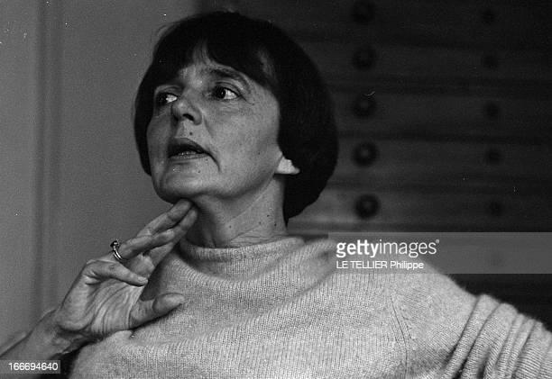 The Writer Anne Philipe Le 24 octobre 1966 portrait de l'écrivain français Anne PHILIPE chez elle dans son bureau une main près du visageDans son...
