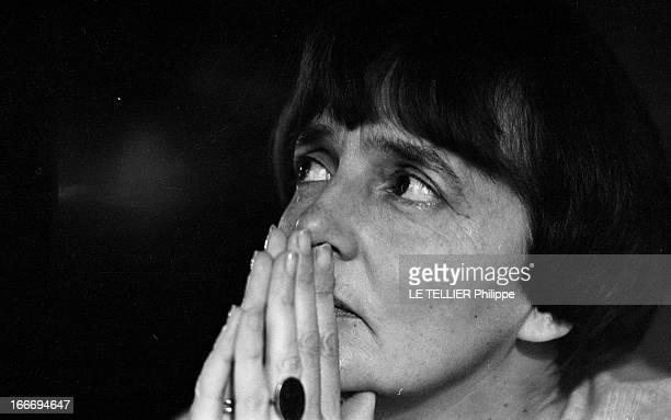 The Writer Anne Philipe Le 24 octobre 1966 portrait de l'écrivain français Anne PHILIPE chez elle dans son bureau les mains jointes devant le visage...