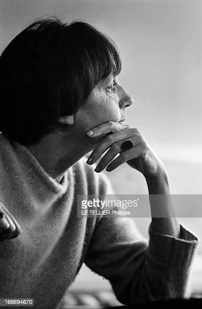 The Writer Anne Philipe Le 24 octobre 1966 portrait de profil de l'écrivain français Anne PHILIPE chez elle dans son bureau une main sur le visage...