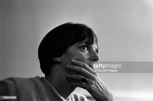 The Writer Anne Philipe Le 24 octobre 1966 portrait en contre plongée de l'écrivain français Anne PHILIPE chez elle dans son bureau une main sur le...