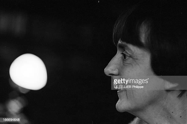 The Writer Anne Philipe Le 24 octobre 1966 portrait souriant de profil de l'écrivain français Anne PHILIPE chez elle dans son bureauDans son livre...