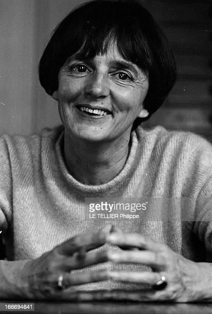 The Writer Anne Philipe Le 24 octobre 1966 portrait souriant de face de l'écrivain français Anne PHILIPE chez elle dans son bureau les mains jointes...