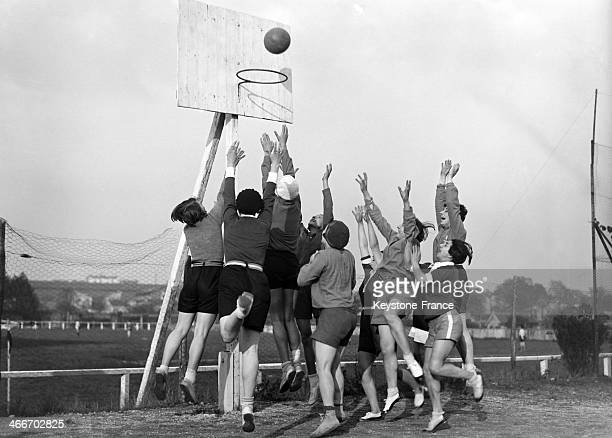 The X Club and the Femina Sport teams have played a basketball game at the Elizabeth Stadium in 1929.