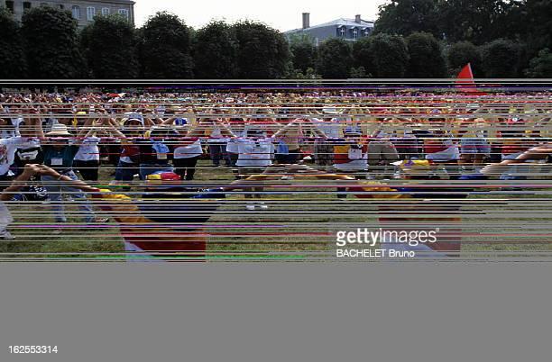 Foreign Pilgrims In The Garden Of Foreign Missions A Paris à l'occasion des XIIèmes Journées Mondiales de la Jeunesse ou JMJ présidées par le pape...