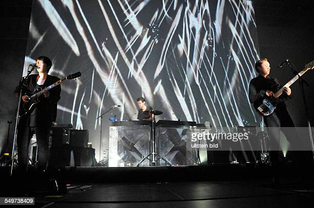 The xx die britische IndiePoprockBand mit Sängerin Romy Madley Croft Sänger Oliver Sim und Jamie Smith DrumMachine bei einem Konzert in der...