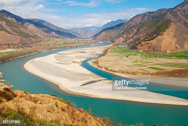 the yangtze river in yunnan, china - yangtze river stock pictures, royalty-free photos & images