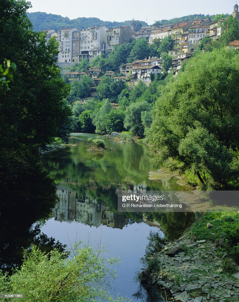 The Yantra River and Veliko Turnovo City behind on side of hill, Bulgaria : Stockfoto
