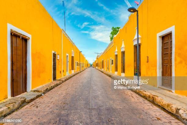 the yellow colonial city of izamal, yucatan, mexico - décoration de fête photos et images de collection