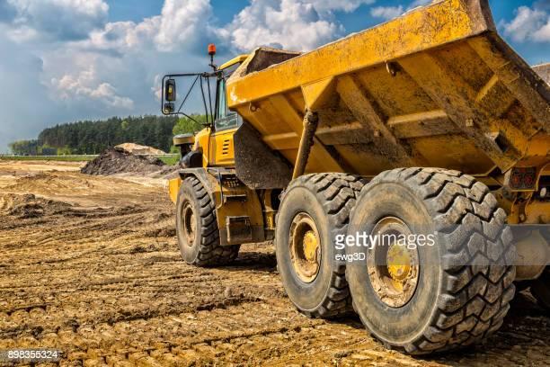 El camión amarillo de la construcción de la autopista S6, Goleniów, Polonia