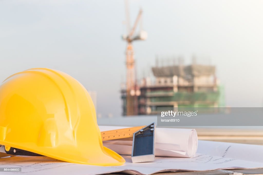 Der Gelbe Helm Und Die Blaupause Auf Baustelle Mit Kranhintergrund