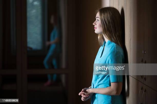 le jeune médecin dans le couloir du centre médical. - aide soignante photos et images de collection