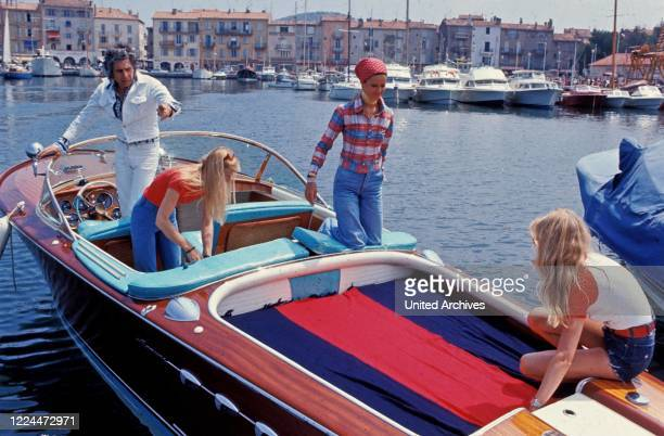 The young Gunter Sachs with friends and family on a motorboat in Sankt Tropez France
