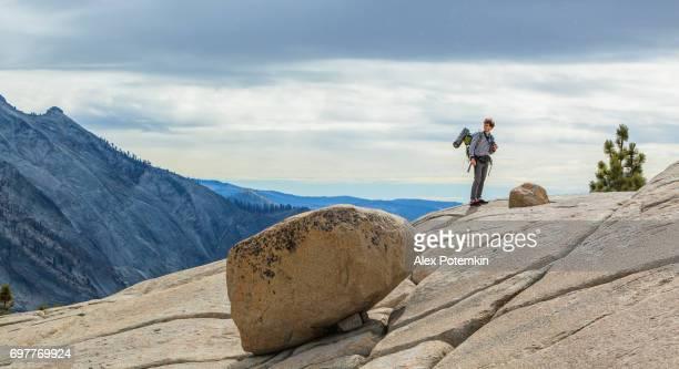 若い男、ヒップ、観光 - ハイカーやバックパッカー、オルムステッド ポイントからヨセミテを観察
