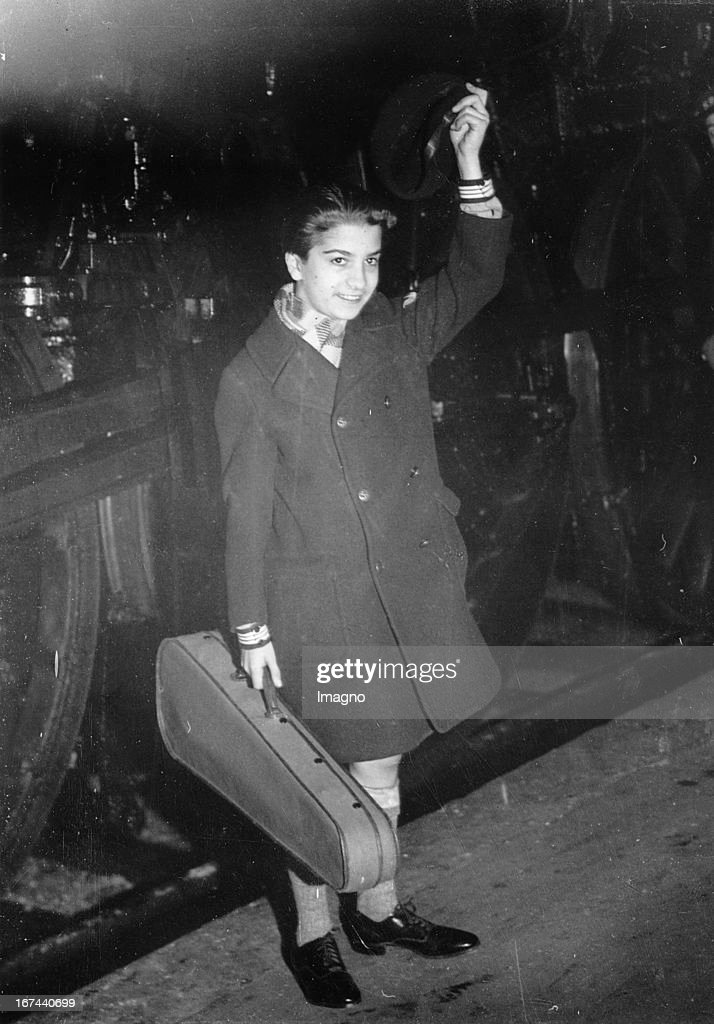 The young US-american violinist Ruggiero Ricci at his arrival in Paris (Gare d l'Est). 1932. Photograph. (Photo by Imagno/Getty Images) Der junge US-amerikanische Violinist Ruggiero Ricci bei seiner Ankunft in Paris (Gare d l´Est). 1932. Photographie.