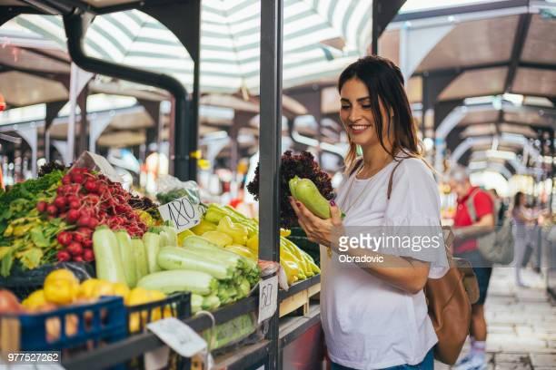 Die junge Frau hat beschlossen, leckere Zucchini Kochen