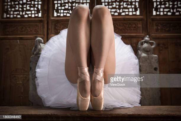 the young woman in front of the chinese classical dance ballet - frau gespreizte beine stock-fotos und bilder