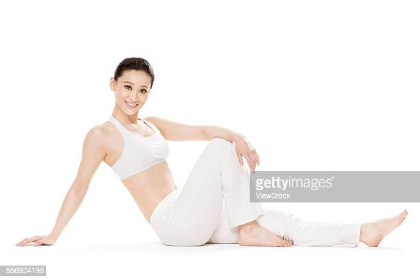 the young woman sitting on the ground - gymnastique douce photos et images de collection