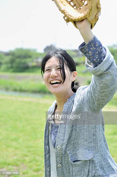 the young woman who is playing basebal. - キャッチャーミット ストックフォトと画像