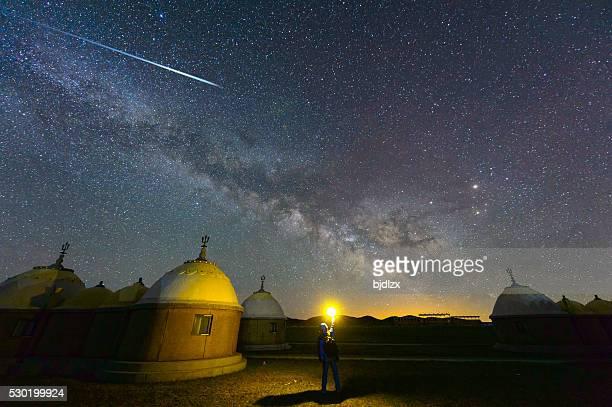 Une yourte sous la voûte plantaire avec la voie lactée meteor