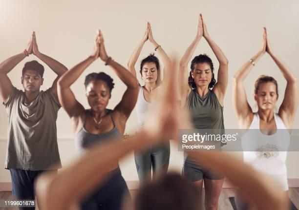 das zen liegt in der luft - aktiver lebensstil stock-fotos und bilder