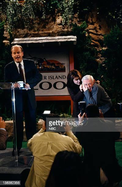 FRASIER The Zoo Story Episode 12 Pictured Kelsey Grammer as Doctor Frasier Crane Jane Leeves as Daphne Moon John Mahoney as Martin Crane