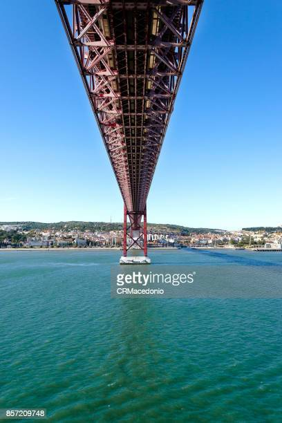 the 25 de abril bridge (ponte 25 de abril) - crmacedonio stock pictures, royalty-free photos & images
