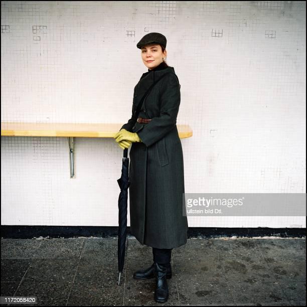 Thea Dorn - Schriftstellerin beim Spaziergang mit mit Jeniffer Wilton am Bayerischen Platz