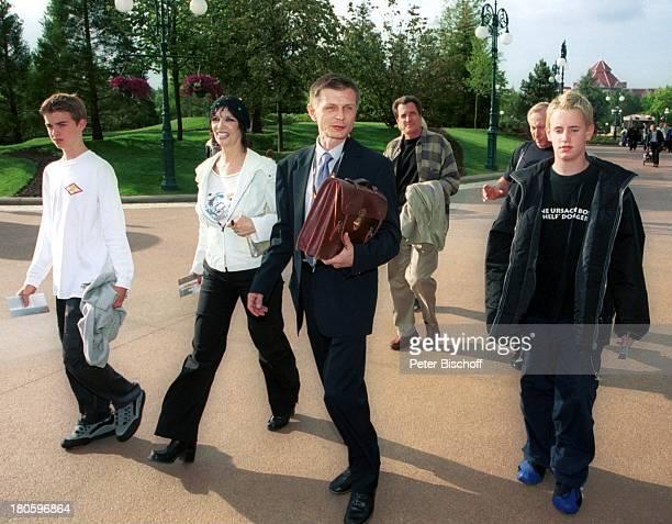 Thea Gottschalk Sohn Tristan Gottschalk Freunde vor der ZDFShow 'Wetten dass ' Paris/Frankreich 'DisneylandParis' auf dem Weg zur 'StuntShowArena'...