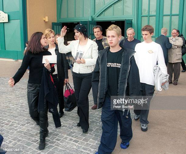 Thea Gottschalk Sohn Tristan Gottschalk Freunde vor der ZDFShow 'Wetten dass ' Paris/Frankreich 'DisneylandParis' vor den 'Walt DisneyParkStudios'...