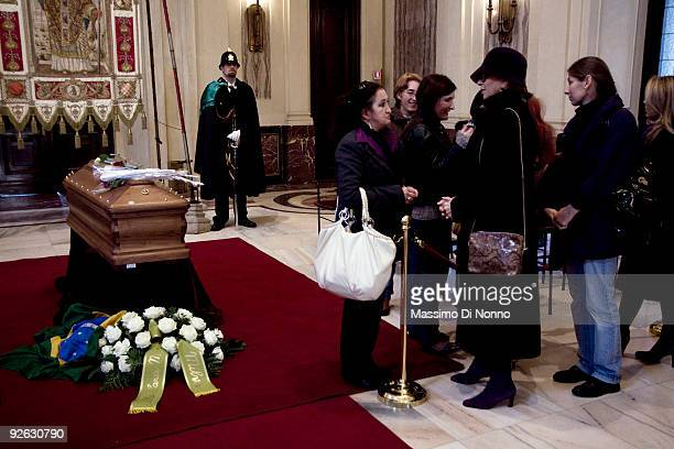 Theater actress Milva pays her respects to Italian poetess Alda Merini at the Palazzo Marino on November 3 2009 in Milan Italy Poetess Alda Merini...