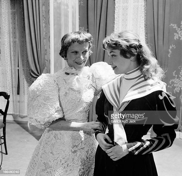 'Gigi' By Colette. Paris, mars 1954, la pièce de théâtre 'Gigi' de Colette, mise en scène par Jean Meyer, avec Evelyne KER, au Théâtre des Arts. Sur...