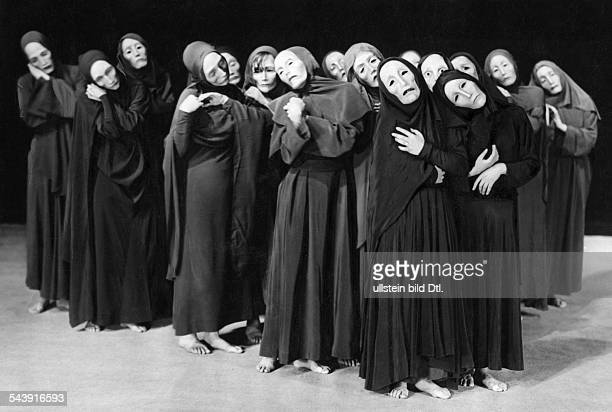 Theater play 'Totenmal' masked actors on the stage Directed by Albert Talhoff ca 1930 Photographer Hans Robertson / Atelier Robertson Published by...