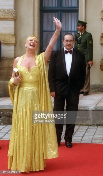 Theatralisch posiert die Sängerin Margot Werner neben Ehemann Jochen Litt am 2572000 vor der Eröffnung der 89 Richard WagnerFestspiele vor dem...