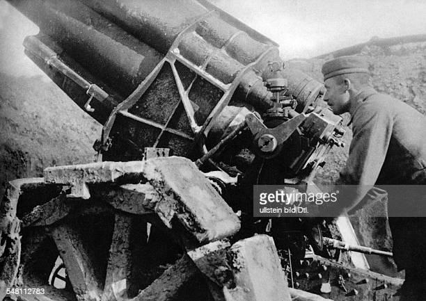 1WW Theatre of war western front 1916 Verdun German heavy artillery Cannon with gunner 1916