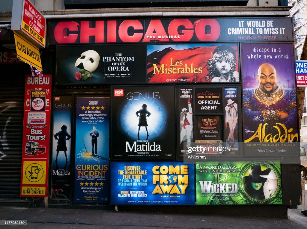 ロンドンの壁に貼り付けの劇場ポスター : ストックフォト