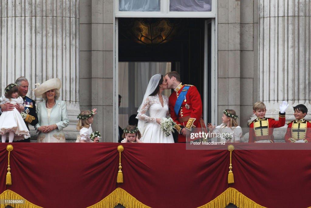 Royal Wedding - The Newlyweds Greet Wellwishers From The Buckingham Palace Balcony : News Photo