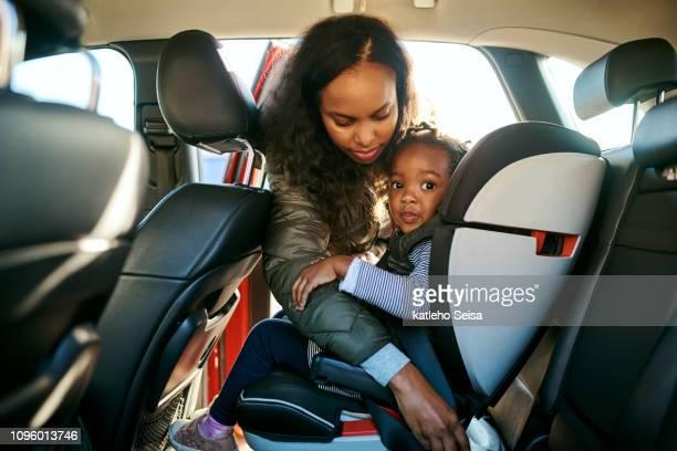sua segurança depende de você - family inside car - fotografias e filmes do acervo