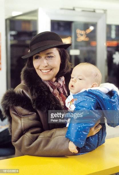 """Thekla Carola Wied, Frauke Tholen, ZDF-Familien-Serie """"Ich heirate eine Familie"""", , Reisebüro, Baby, Hut, Schauspieler, Schauspielerin, Promis,..."""
