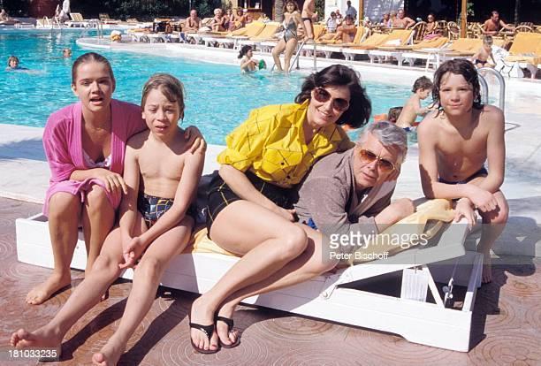 """Thekla Carola Wied, Peter Weck, , Herbert Herrmann , Julia Biedermann, Timmo Niesner, ZDF-Familien-Serie """"Ich heirate eine Familie"""", Gran..."""