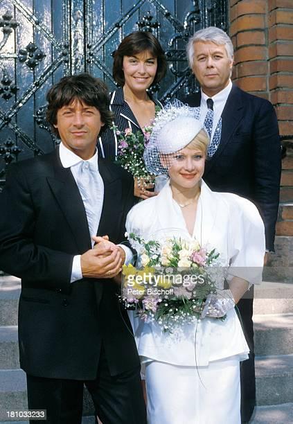 """Thekla Carola Wied, Peter Weck, , Herbert Herrmann, Ute Christensen, , ZDF-Familien-Serie """"Ich heirate eine Familie"""", , Hochzeit, Blumen, Hut,..."""