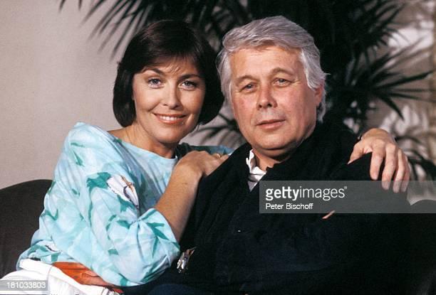 """Thekla Carola Wied, Peter Weck, ZDF-Familien-Serie """"Ich heirate eine Familie"""", , Palme, Sofa, Schauspieler, Schauspielerin, Promis, Prominente,..."""