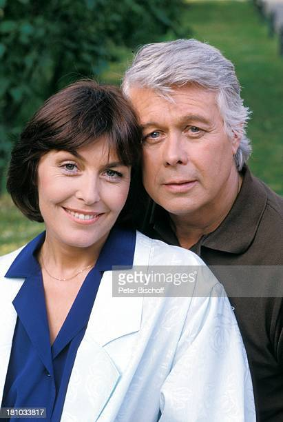 """Thekla Carola Wied, Peter Weck, ZDF-Familien-Serie """"Ich heirate eine Familie"""", , Garten, Schauspieler, Schauspielerin, Promis, Prominente,..."""