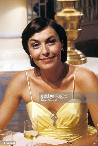 """Thekla Carola Wied, ZDF-Familien-Serie """"Ich heirate eine Familie"""", , Abendkleid, Dekollete, Glas, Getränk, Wein, Schauspieler, Schauspielerin,..."""
