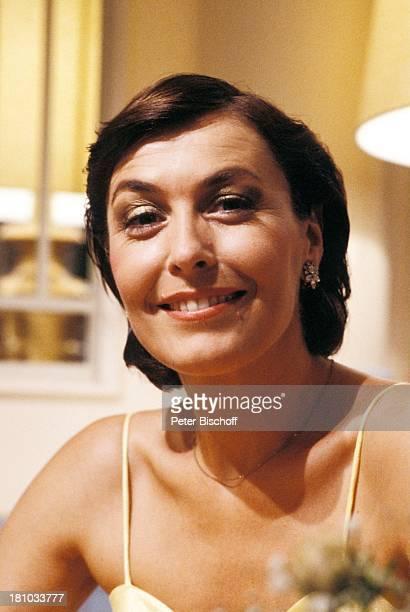 Thekla Carola Wied ZDFFamilienSerie 'Ich heirate eine Familie' Abendkleid Schauspieler Schauspielerin Promis Prominente Prominenter HD