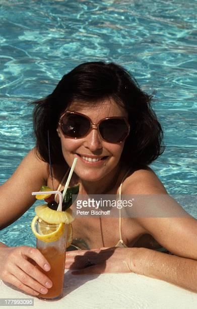 'Ich heirate eine Familie' Folge 'Schumanns Winterreise' Weihnachtsspecial Hotel 'Faro' Gran Canaria Spanien Europa Badeanzug Bikini Oberteil...