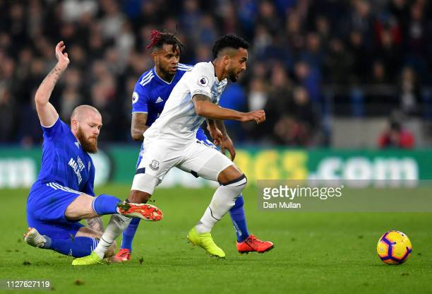 Theo Walcott of Everton evades Aron Gunnarsson and Leandro Bacuna of Cardiff City during the Premier League match between Cardiff City and Everton FC...