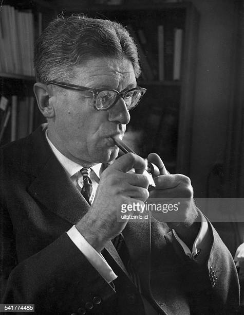Theodor Eschenburg*Political scientist publisher GermanyPortrait with pipe photographer Paul Swiridoff