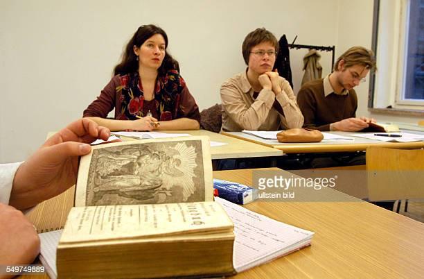 Theologische Fakultät der Humboldt Universität Vorlesung zum Thema Kirchenmusik Studentin blättert in einem alten Gesangsbuch