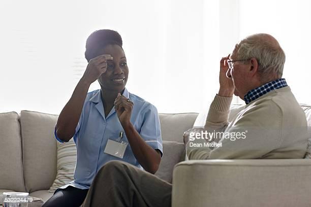 Thérapeute administrer EFT soin avec vieil patient