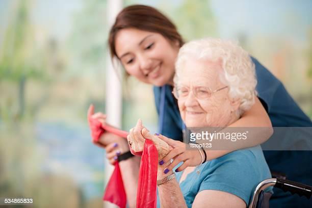 Therapeut stimmt Physiotherapie. Senior Frau geduldig. Arm Stärkung. Krankenschwester.
